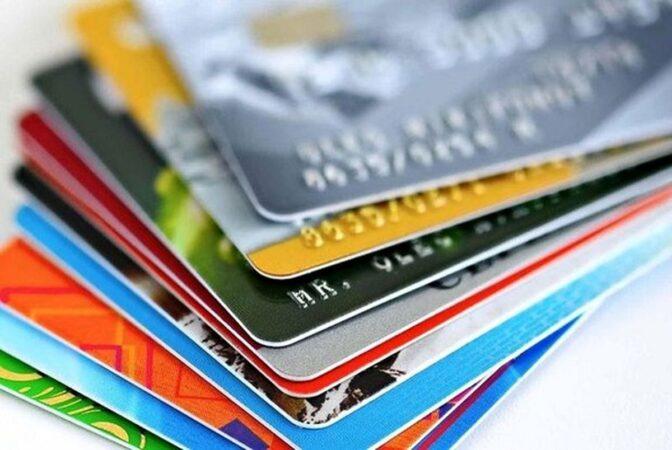 متقاضیان با مراجعه به بانکها می توانند کارت اعتباری دریافت کنند
