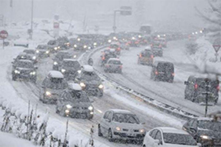 ۴۵ خودرو گرفتار برف در اشنویه رهایی یافتند