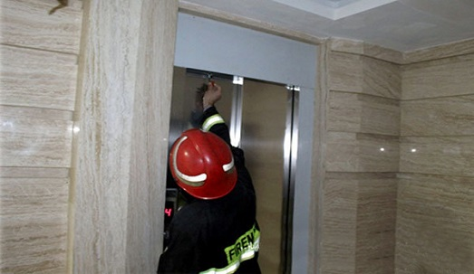 قطعی برق و گرفتاری 100 مسافر در تاریکی آسانسور